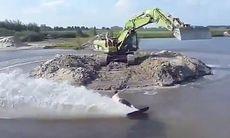 TV: Här åker han wakeboard – efter en grävmaskin