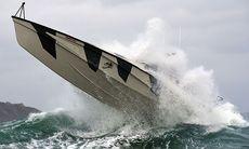 TV: Här hårdtestas superbåten i storm och 6-metersvågor