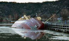 TV: Lastfartyg på grund i Göta älv – har kraftig slagsida