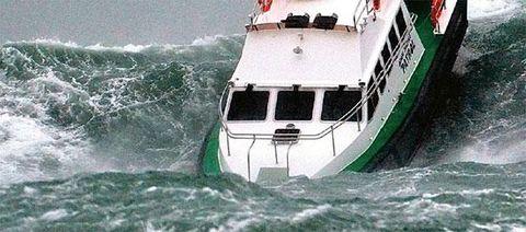 TV: Här slåss fartyget mot enorma orkanvågor – Livetombord.se